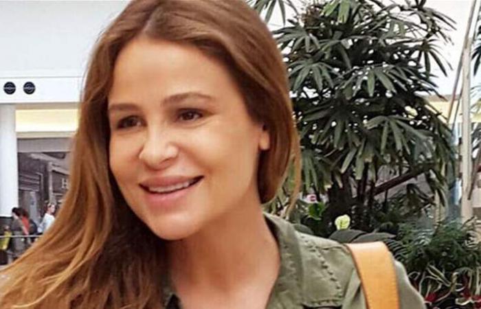 مفاجأة من كارول سماحة الى محبيها.. هكذا بدت في المطار برفقة ابنتها (فيديو)