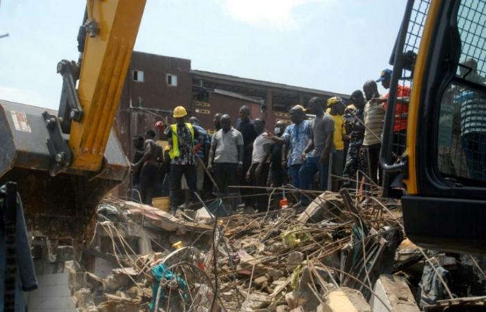 عشرات بينهم أطفال عالقون تحت انقاض مبنى انهار في لاغوس