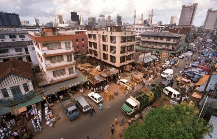 """""""10 أطفال على الأقل"""" عالقون تحت انقاض مبنى تعرض للانهيار في لاغوس"""