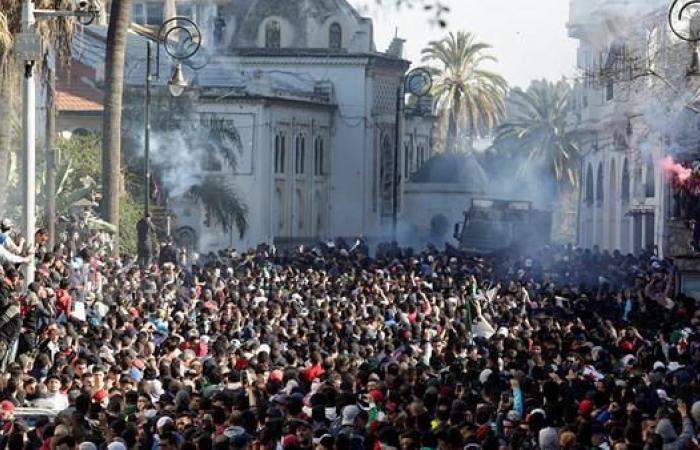 بلباسهم الأسود.. المحامون يتظاهرون في الجزائر