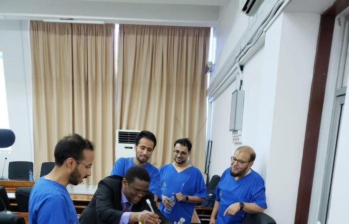 الخليح   سعوديون يقودون فريقاً طبياً لتخفيف آلام أطفال تنزانيا