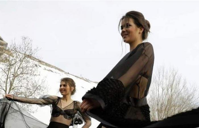 بملابس البحر واللانجري 'تمايلن' في فاريا.. والحرارة 6 درجات! (صور)
