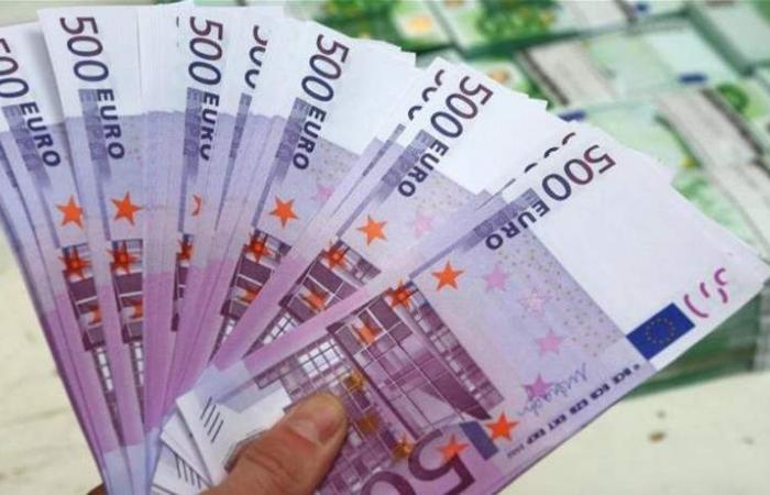 اليورو يقبع قرب 1.12 دولار بعد بيانات ألمانية ضعيفة