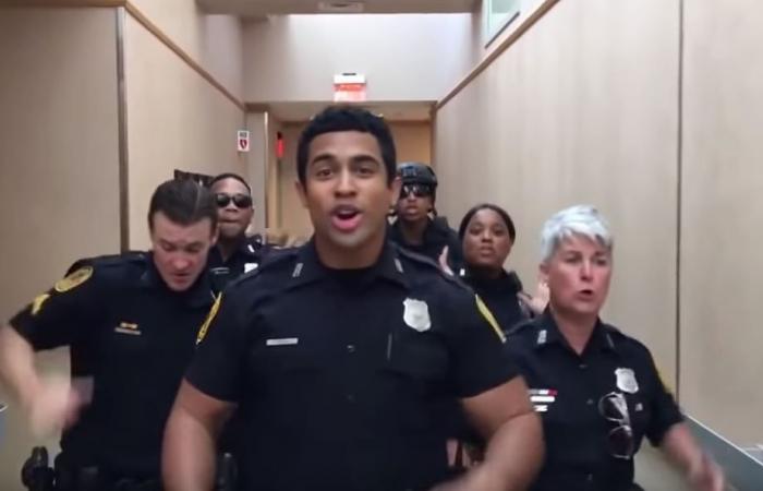"""فيديو """"عفوي"""" لضباط وضابطات يرقصون"""