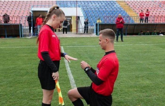 """حكم يطلب يد """"زميلته"""" للزواج في الملعب (فيديو)"""
