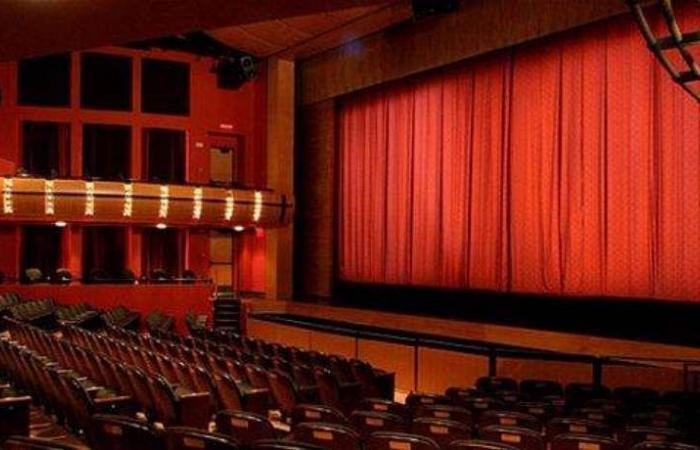 وفاة نجم كوميدي على المسرح وسط ضحك الجمهور.. ظنوا أنه تمثيل!