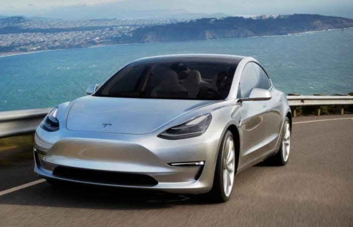 تيسلا تحول سياراتها الكهربائية إلى ذاتية القيادة