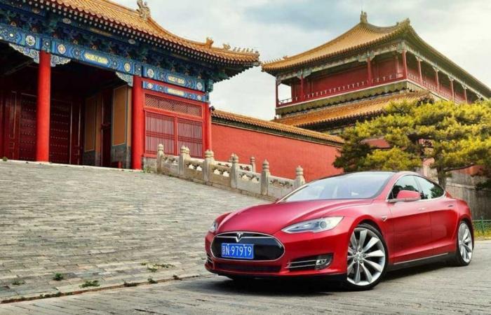 تسلا تحقق في احتراق مفاجئ لإحدى سياراتها في الصين