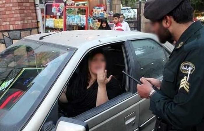 إيران   الشرطة تستدعي مئات الإيرانيات لخلعهن الحجاب بالسيارات