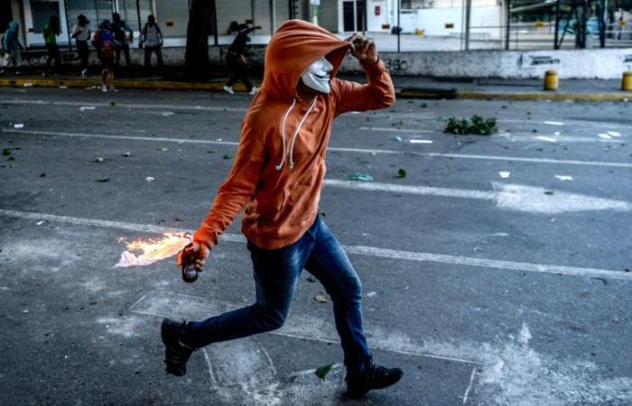 مؤيدون لمادورو يحتلون سفارة فنزويلا في واشنطن