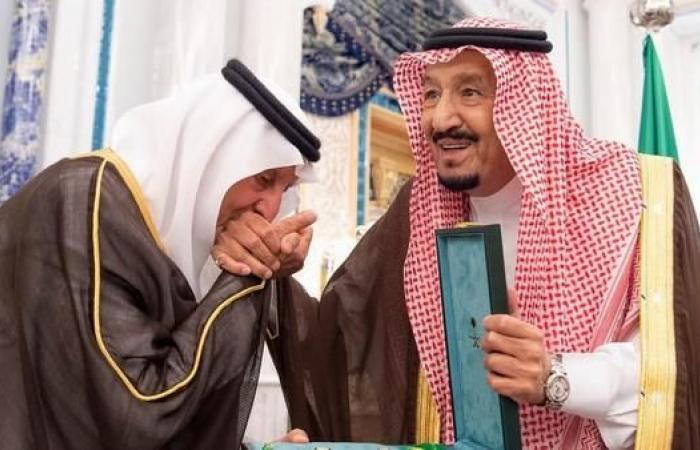 الخليح   خادم الحرمين يمنح خالد الفيصل وبدر بن عبدالمحسن وشاح الملك عبدالعزيز