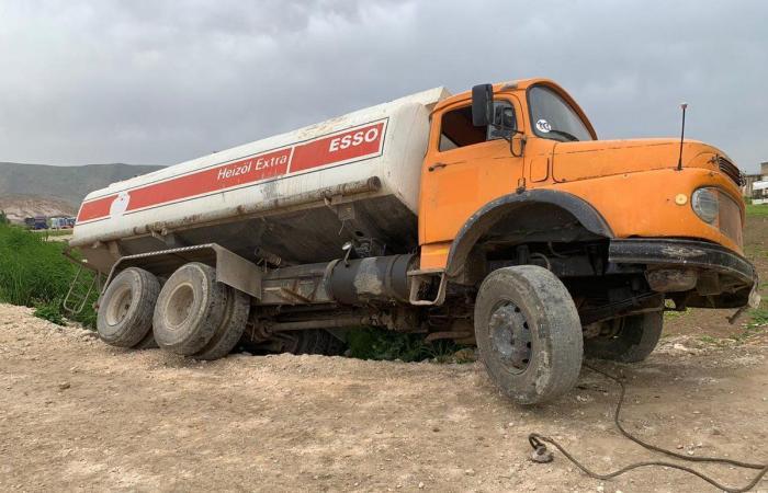 بالصور- شاحنات محملة بمياه الصرف الصحي تفرغ حمولتها في الليطاني