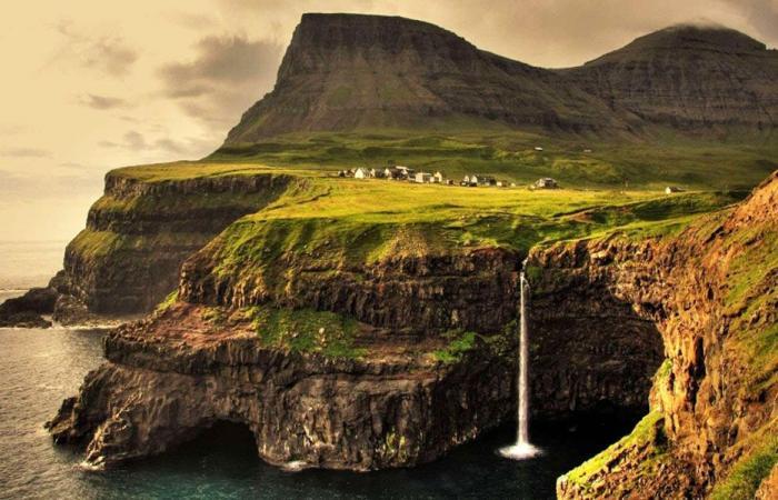 مخرجة أيرلندية تطلب نثر رماد جثتها في البحر