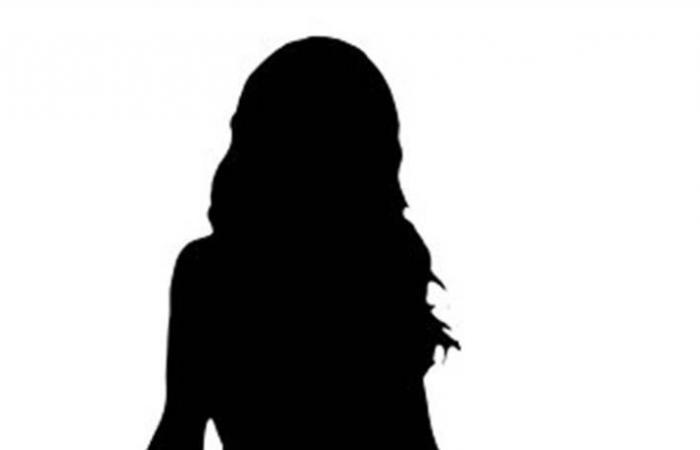 نجمة شهيرة ترتدي النقاب الأسود.. وتخلعه عند تقطة التفتيش (صور)
