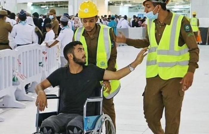 الخليح   شاهد كيف يقدم رجال الأمن المساعدة لقاصدي بيت الله الحرام