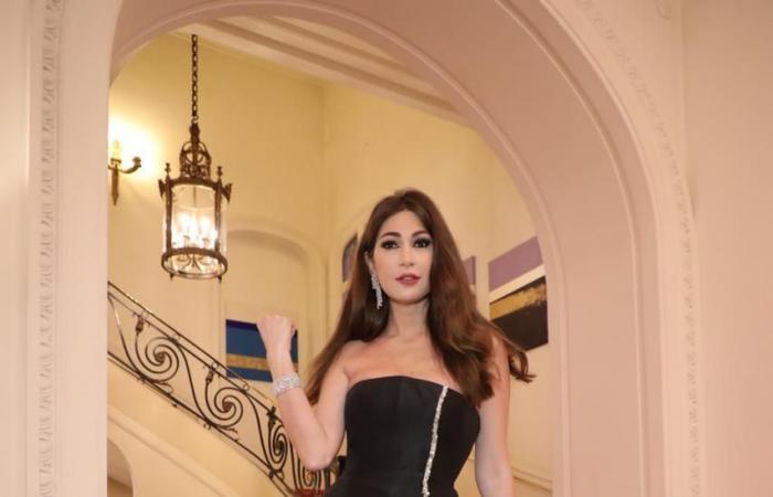من الأبيض الى الأسود.. ديما صادق تخطف الأنظار في كان! (صور)
