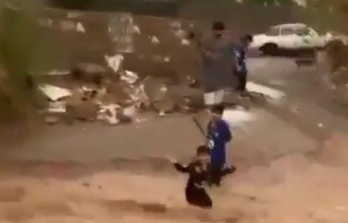 الخليح   السعودية.. لقطات مروعة لسقوط طفل وسط سيل في نجران