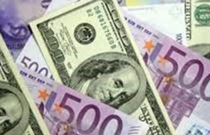 اليورو يرتفع مع تراجع الدولار