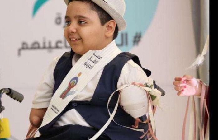 الخليح | طفل سعودي من دون أطراف يغرس البسمة على وجوه من حوله