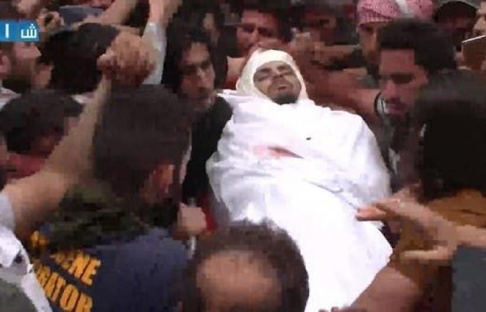سوريا   بالصور.. حارس الثورة السورية يوارى الثرى في إدلب