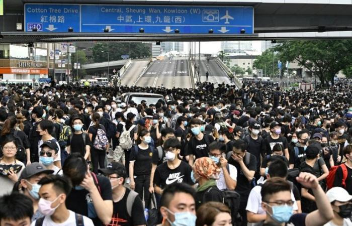 الآلاف يتظاهرون في هونغ كونغ ضد قانون يسمح بتسليم المطلوبين إلى الصين