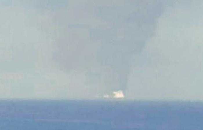 الخليح   المشاهد الأولى لاشتعال إحدى ناقلتي النفط في بحر عمان