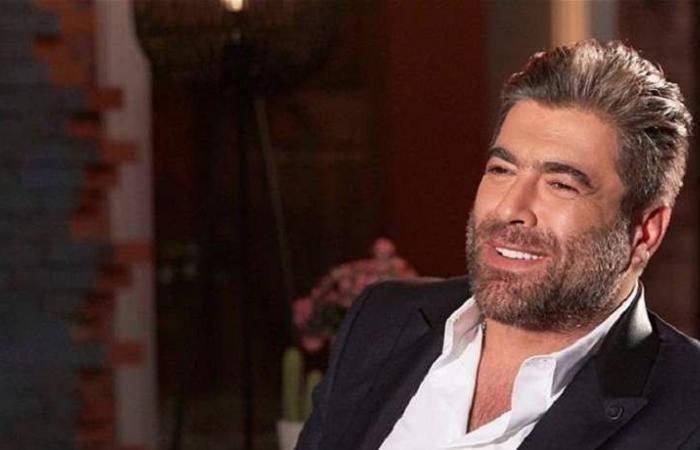 بعد طلاقه: وائل كفوري يُداعِب شعر سيدة.. من هي؟ (صورة)