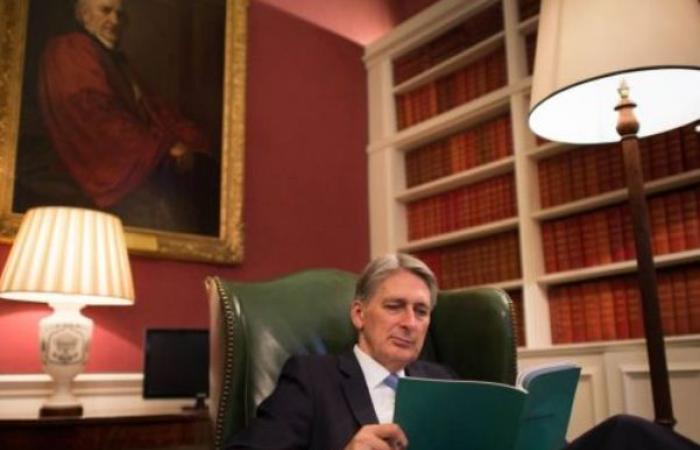 استقالة وزير المالية البريطاني قبل تسلم بوريس جونسون مهامه
