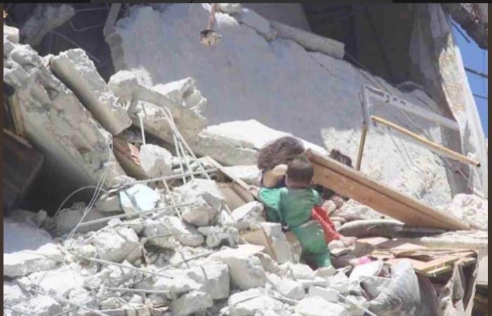 سوريا | صورة قهرت السوريين.. طفلة تنقذ رضيعاً من ركام القصف!