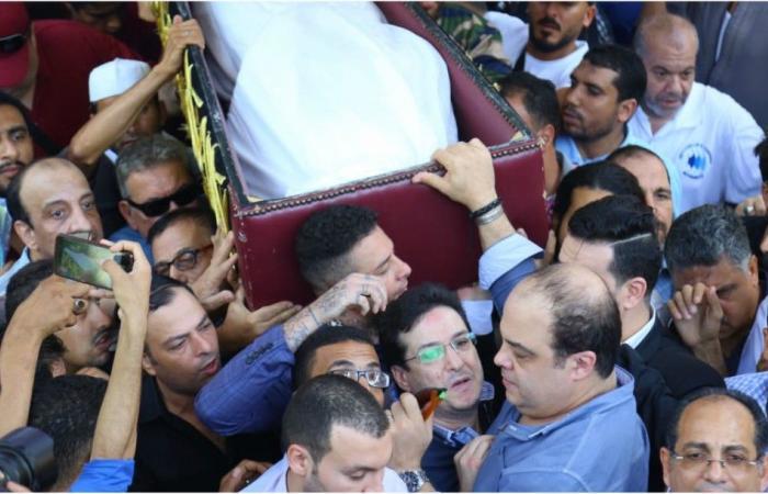 جنازة فاروق الفيشاوي بحشود كبيرة.. طليقته تنهار وابنه يغضب من المُصورين!