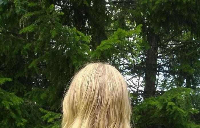 لمدة سنتين فتاة غسلت شعرها بالماء فقط مرة كل بضعة أشهر.. وهذه النتيجة