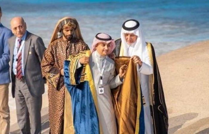 الخليح   السعودي محمد يعقوب يرتدي بردة شاعر عكاظ هذا العام