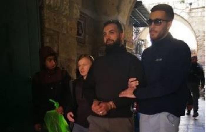 فلسطين   الاحتلال يعتقل ثلاثة مواطنين وحارساً من المسجد الأقصى