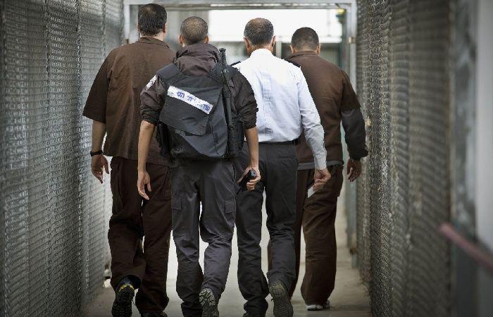 """فلسطين   الاحتلال يقمع وقفة تضامنية مع الأسرى قرب سجن """"عوفر"""" ويعتقل شابا"""