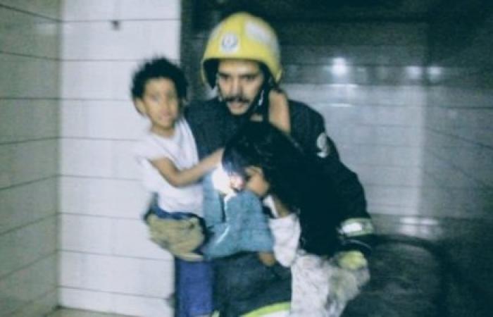 """صورة لشجاعة جندي بالدفاع المدني السعودي تشعل """"التواصل"""""""