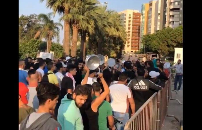 الثوار يقرعون الطناجر أمام منزل ميقاتي في طرابلس (فيديو)