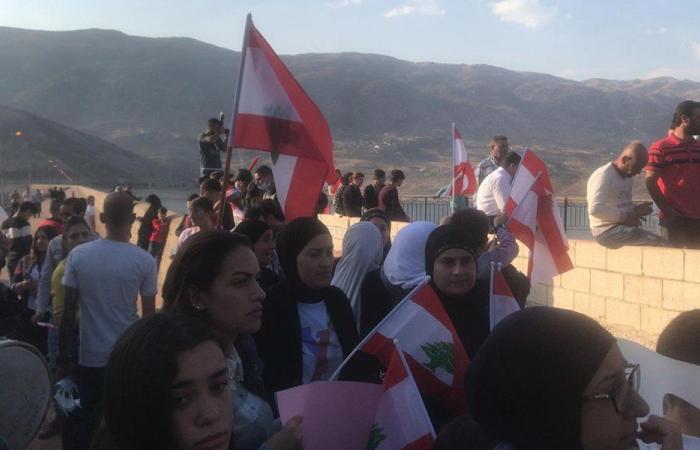 اعتصام مئات المحتجين عند سد القرعون