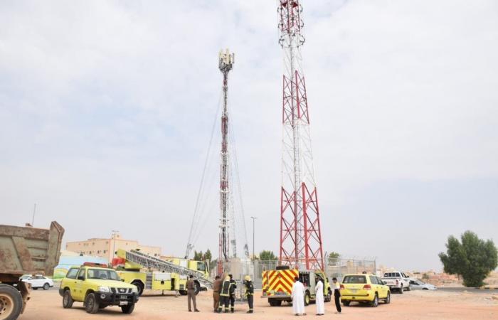 الخليح | بالصور.. إنقاذ صقر علق في برج للاتصالات بالرياض