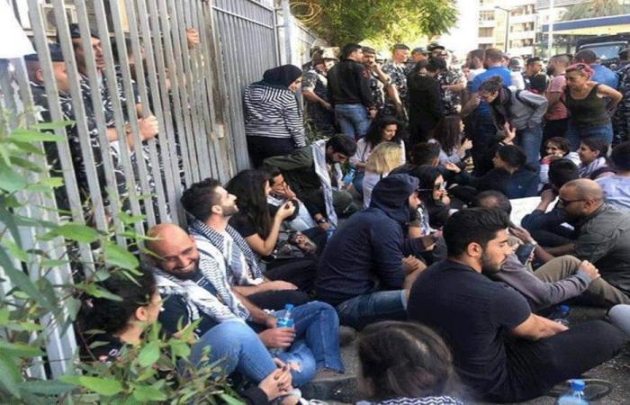 اشكال بين متظاهرين ومحام حاول الدخول الى قصر العدل