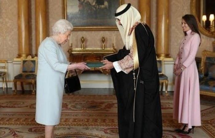 الخليح | سفير السعودية لدى بريطانيا يقدم أوراق اعتماده للملكة إليزابيث