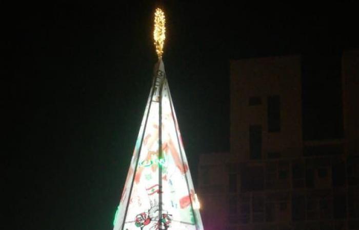 بالصورة: إضاءة شجرة الميلاد في ساحة الشهداء