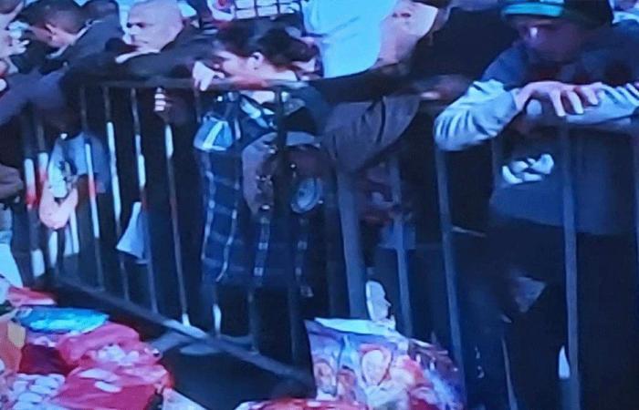 توزيع هدايا على الاولاد في ساحة الشهداء
