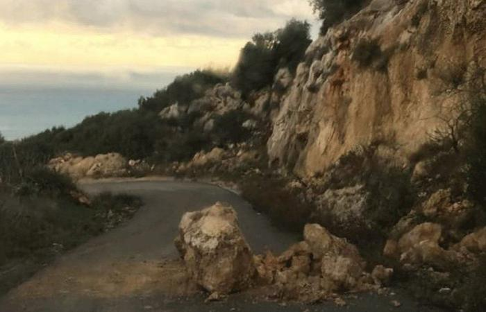 انزلاق صخور على الطريق بين فيع وزكرون