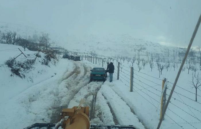احتجاز 30 سيارة وشاحنة بالثلوج على طريق عام ترشيش (صور)