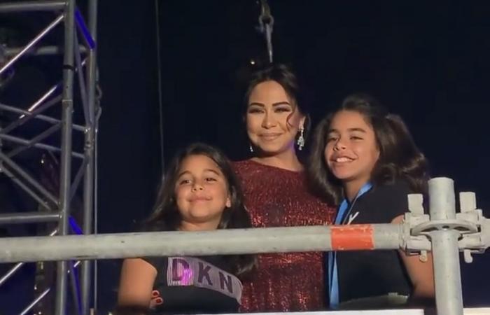 شيرين عبدالوهاب مع ابنتيها في كواليس حفلها بدبي.. والجمهور متفاجئ!