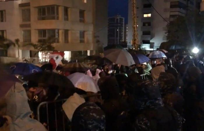 بالفيديو: وقفة احتجاجية أمام منزل دياب رفضًا لتكليفه