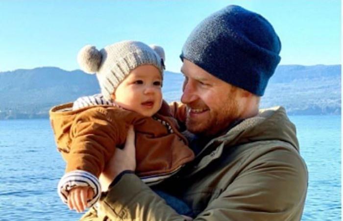 هاري وميغان ينشران صورة جديدة لابنهما آرتشي بمُناسبة العام الجديد!