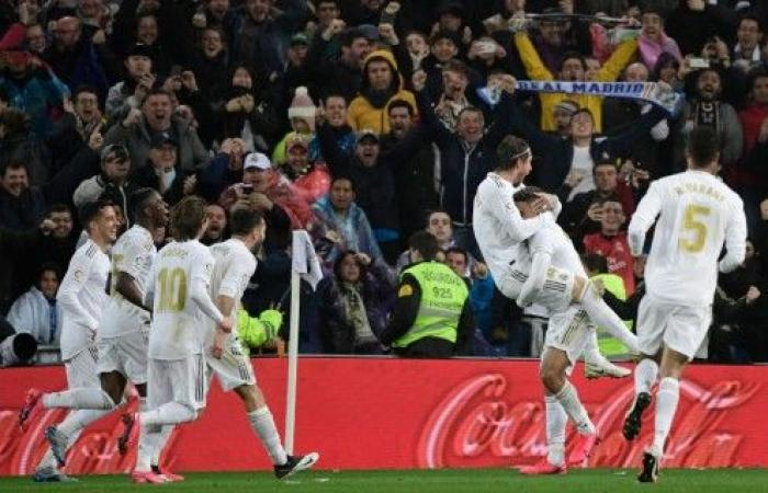ريال مدريد يقهر برشلونة ويستعيد صدارة الليغا