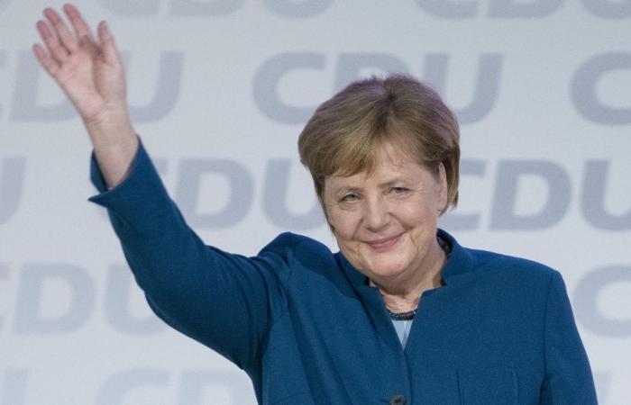 وزير الداخلية الألماني يرفض مصافحة أنجيلا ميركل خوفا من كورونا (فيديو)