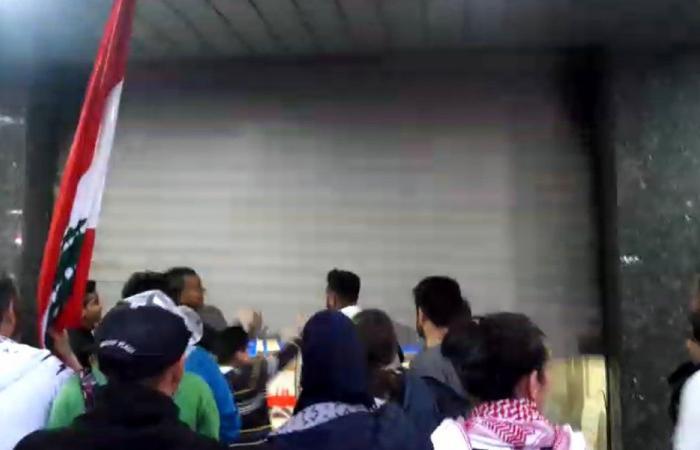 محتجون في صيدا أجبروا محال صيرفة على الإقفال